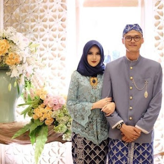 Model Kebaya Lamaran Couple Brokat