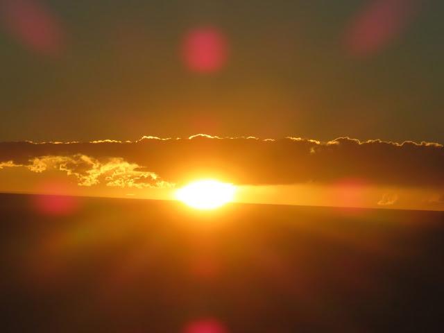 Nach einem erlebnisreichen Tag ging dann die Sonne unter. Die ahijadas fuhren von Uyuni nach Cochabamba weiter, blieben an einem Pass aber zunächst im Schnee stecken.