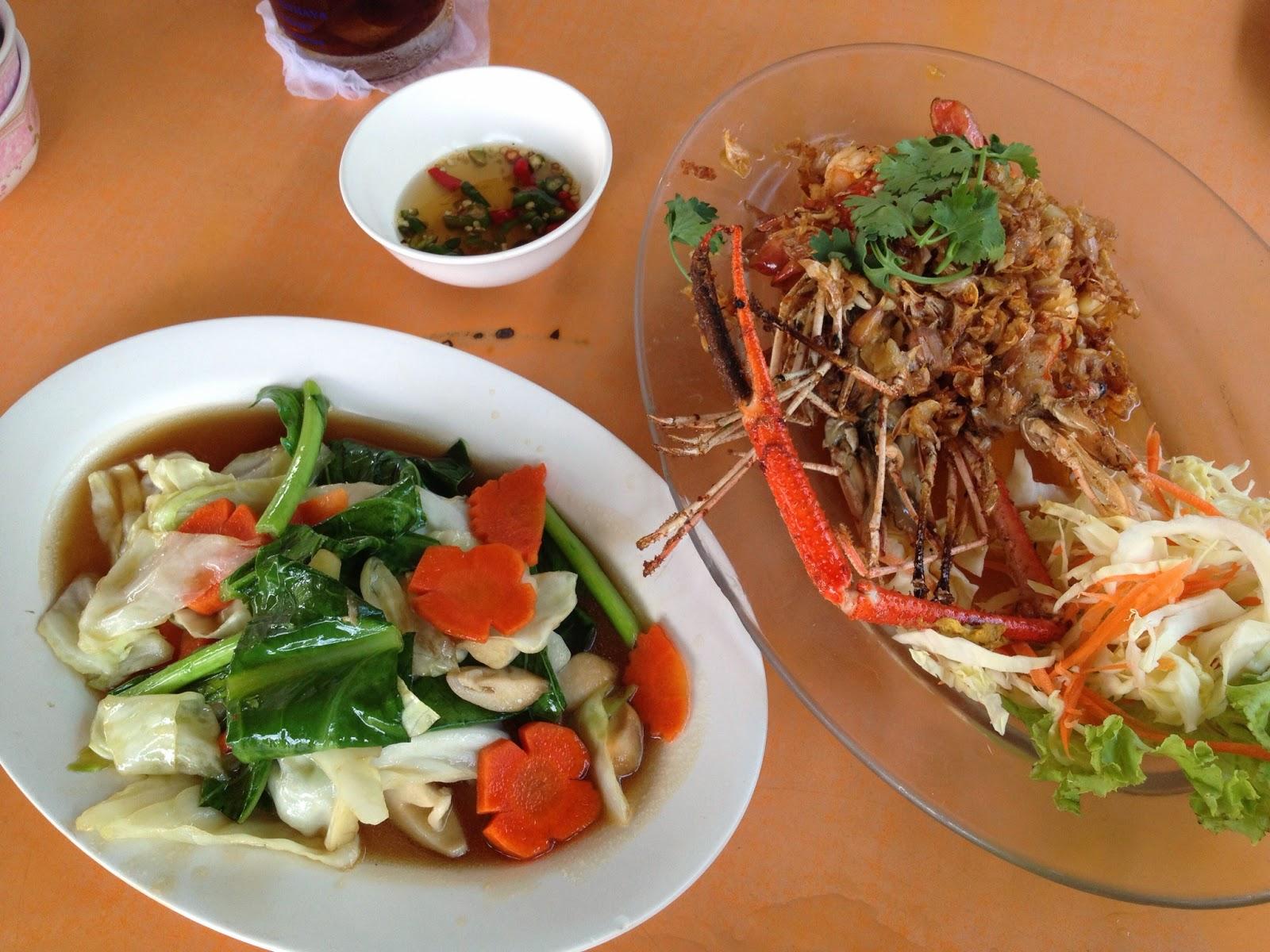 Ayutthaya - Mixed vegetables and river prawn with garlic at Pae Krung Kao