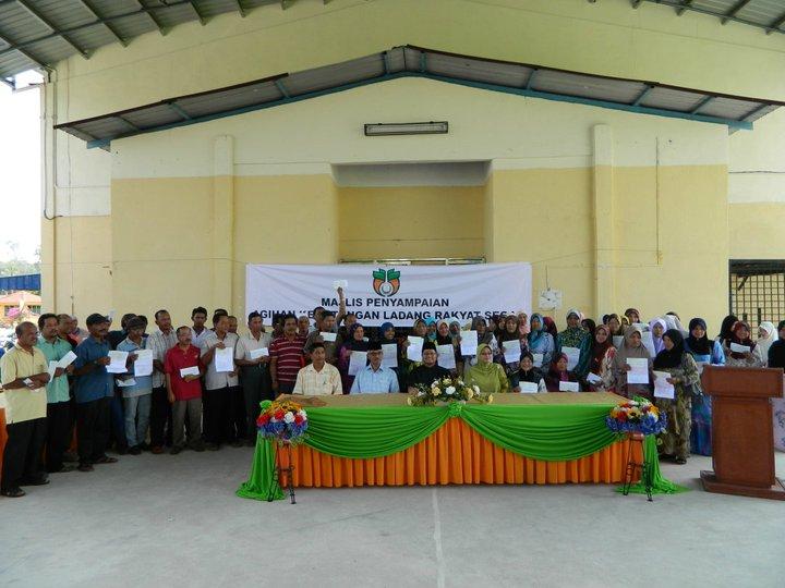 Penyampaian Cek Dermasiswa Yayasan Perak
