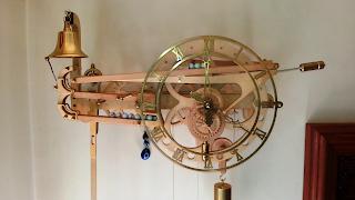 Duvara montajı yapılmış saat bir