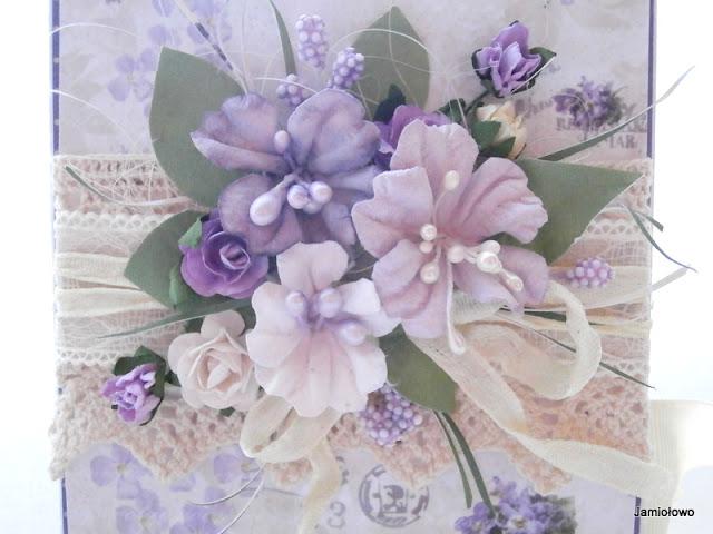 kwiaty na fiołkowym czekoladowniku