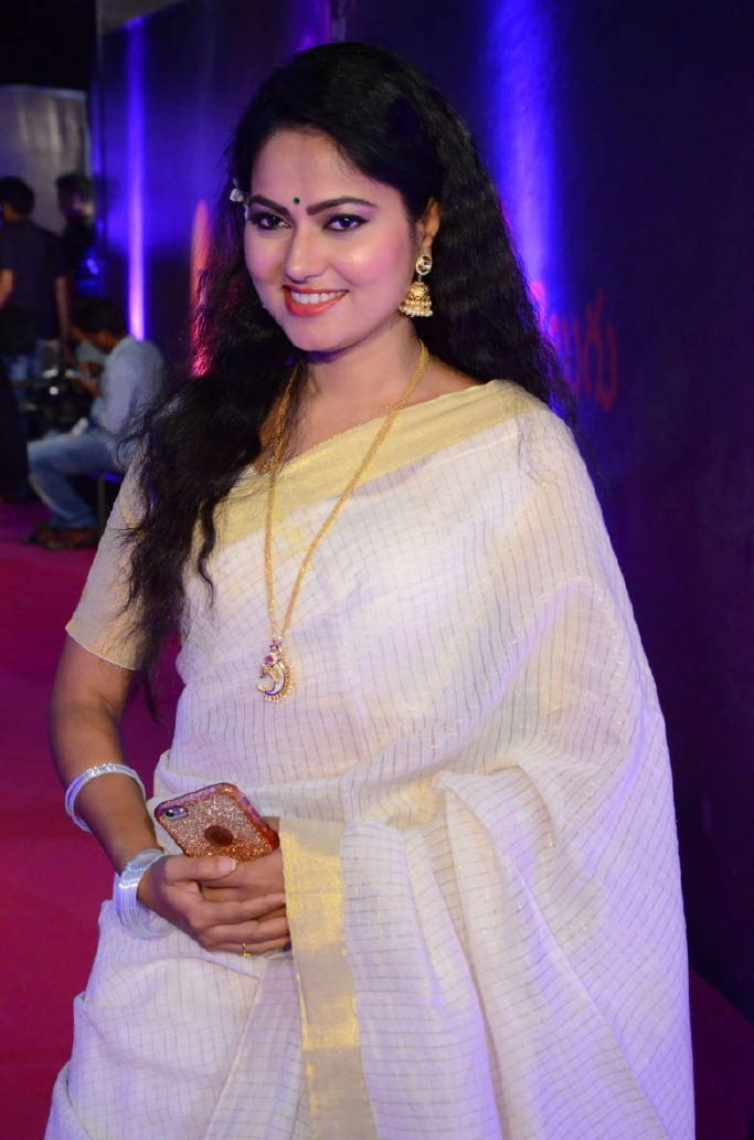 South Indian Model Tv Actress Suhasini In White Saree At Zee Telugu Apsara Awards Tollywood Boost