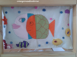 Marcel et Magali poissons en feutrine sur panneau decoratif d'interieur
