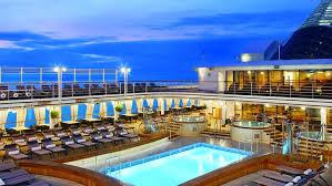 Lindo cruzeiro marítimo todo iluminado, com uma bela piscina no centro