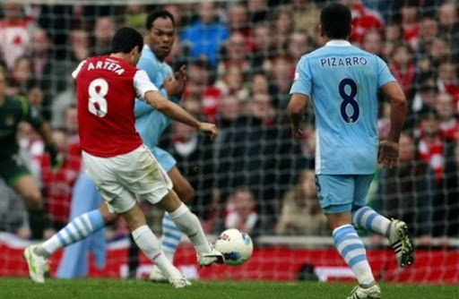 Arsenal midfielder Mikel Arteta scores the winning goal against Manchester City