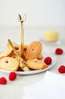 Madeleines met frambozen & lemon curd