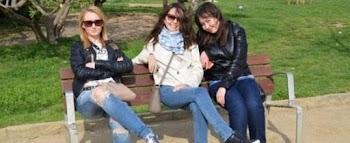 Παρατηρήστε την φωτογραφία! Oι τρεις γυναίκες γελάνε αλλά...