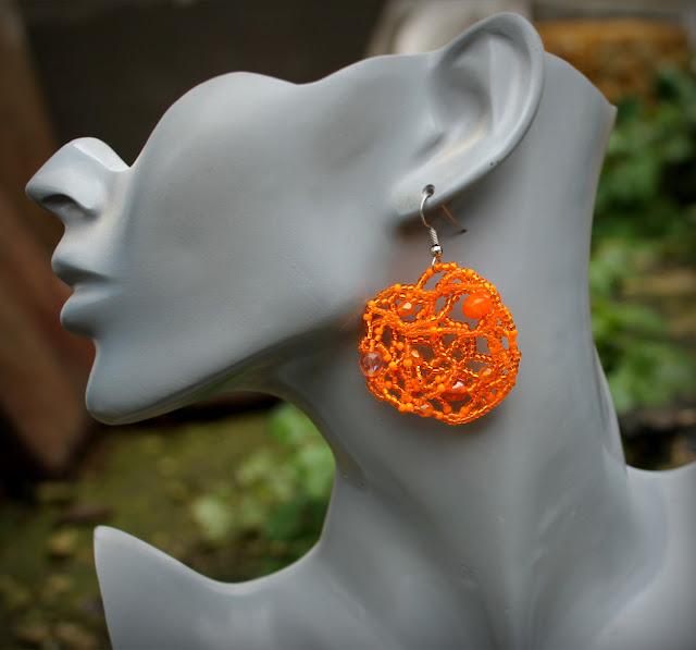 Ажурные оранжевые серьги из бисера. Фриформ