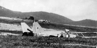Il MiG di Belenko fermo nell'erba fuori dalla pista.