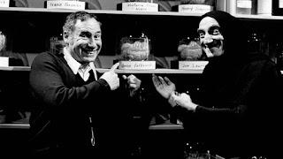 Mel Brooks bromenado con Marty Feldman en El jovencito Frankenstein