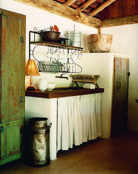 Cozinha rústica com paneleiro como escorredor de louça sobre a pia