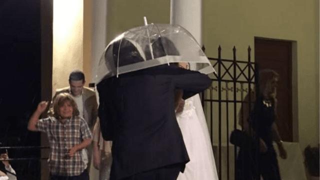 Με κράνος και ομπρέλα βγήκαν από την εκκλησία οι νεόνυμφοι για να προφυλαχθούν από το ρύζι (βίντεο)