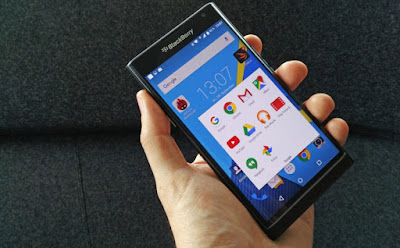 El nuevo BlackBerry Priv podría estar escondiendo funciones similares a las de los Samsung Galaxy S6 Edge+ y S6 Edge, que incorporan en el lateral derecho de la pantalla información que puedes consultar de manera independiente al resto del panel según pudo conocer CrackBerry. El sitio fuente publicó una serie de imágenes de muestra que probarían que el BlackBerry Priv, el primer celular de la compañía canadiense con Android, incorporaría accesos directos a los que podrás llegar simplemente halando una pestaña que sobresaldría dentro de la pantalla de inicio. La pantalla del BlackBerry Priv es ligeramente curva como la de