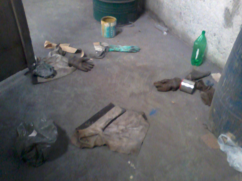 As imagens mostram claramente a falta de conscientização por parte dos  trabalhadores nos cuidados com os EPI s, ferramentas e equipamentos de  trabalho. 1442266e08