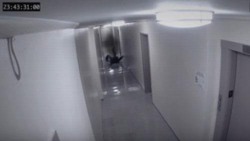 hantu menyeret pria terekam CCTV