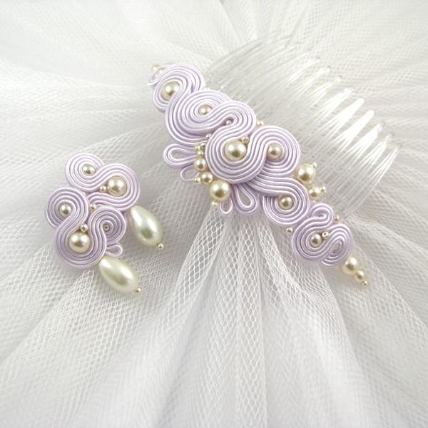 Lawendowy komplet ślubny z perłami ecru.