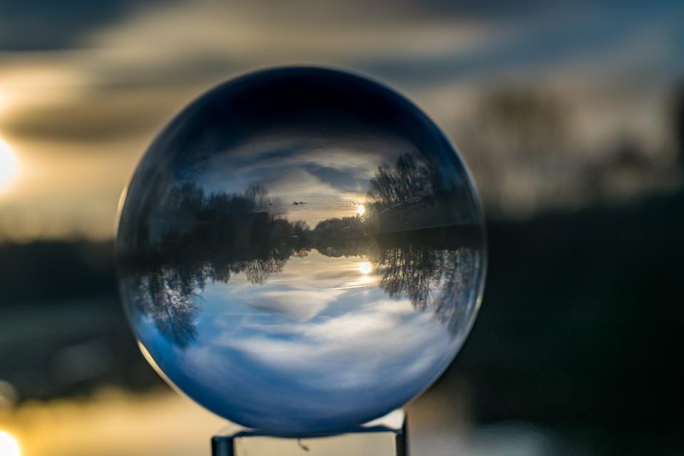 Una vidente con bola de cristal es sumamente efectiva. La gente sabe de  este tipo de capacidad y estrategia de videncia. En la televisión a2c19a11ddc