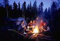 Bir kamp ateşi etrafında toplanmış kampçılar