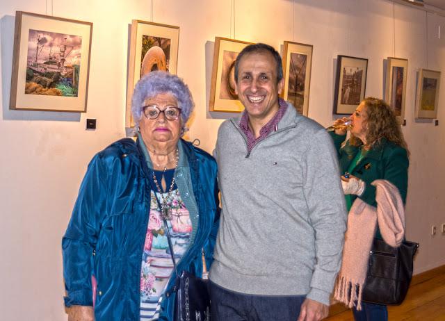 Posado con asistenta al evento el día de la inauguración by J. Antonio Fontal Álvarez