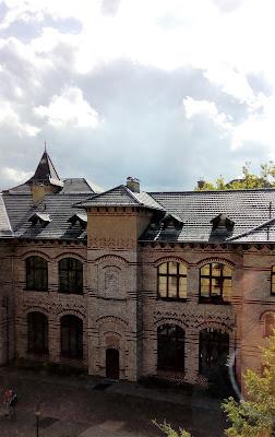 Fotografia da fachada de um dos edifícios do BFW, com a sua arquitetura característica de tijolo