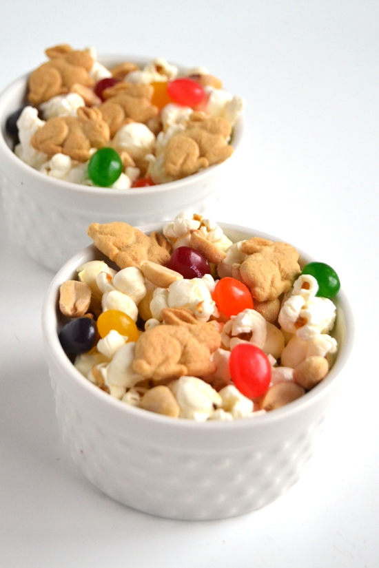 This Spring snack mix takes 5 minutes to make and can be made with whatever ingredients you have on hand for a fun treat! www.nutritionistreviews.com