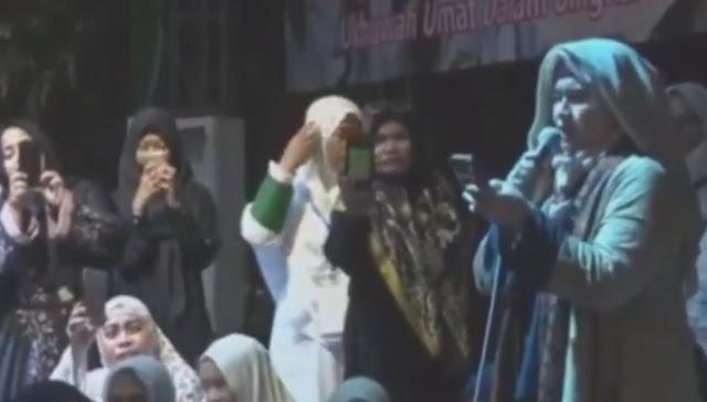 """Ini Video Lengkap Doa Puisi Neno Warisman di Munajat 212, """"Laknatulloh Kau!"""""""
