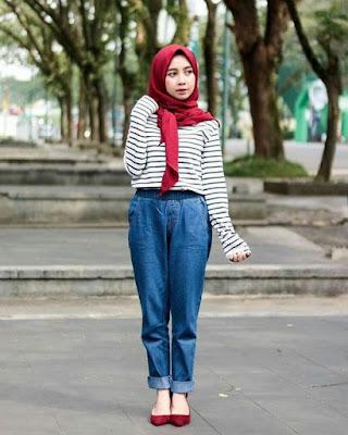 hijab berwarna merah maron