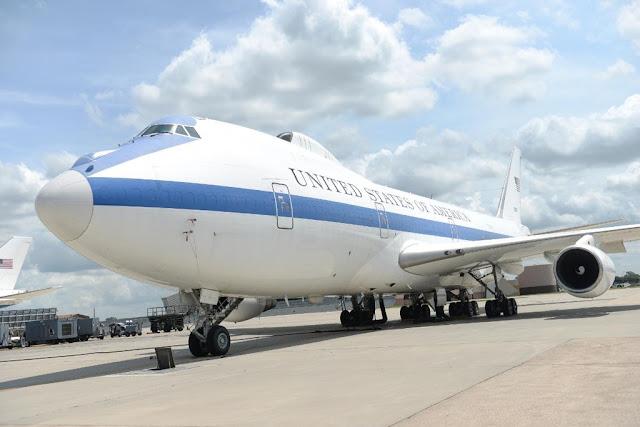 """Boeing E-4 """"Nightwatch"""": O Avião que trouxe secretário de Defesa dos EUA ao Brasil"""