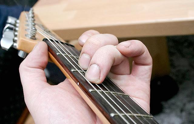 belajar cara bermain gitar