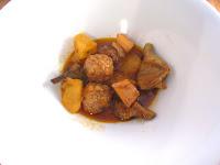 Estofado de patatas, alcachofas, albóndigas y sepia con caldo de carne Aneto