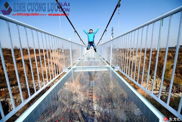 Trung Quốc xây cầu kính bắc qua đường phố, chỉ đi thôi cũng sợ hết hồn