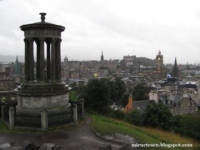 Вид на Эдинбург с Колтон Хилл в дождливую погоду