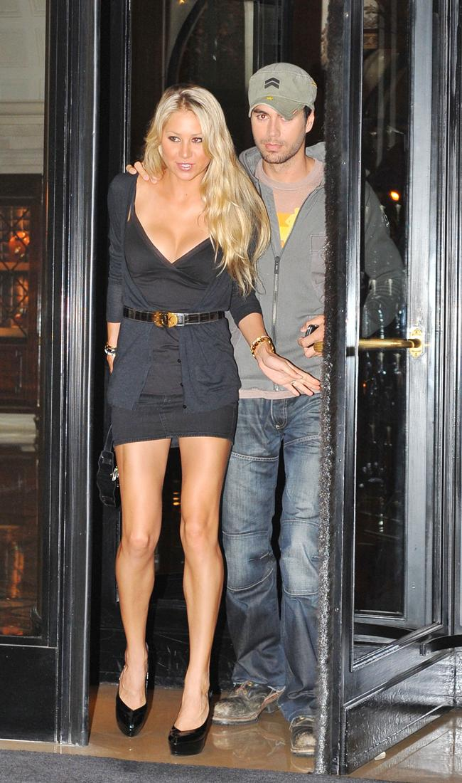 Anna Kournikova And Enrique In Paris Ye Kya Chutiyapa Hai