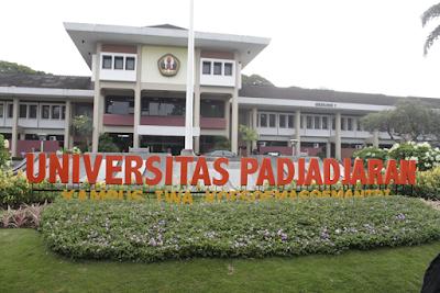 Sejarah Unpad        Universitas Padjadjaran didirikan atas prakarsa para pemuka masyarakat Jawa Barat yang menginginkan adanya perguruan tinggi tempat pemuda-pemudi Jawa Barat memperoleh pendidikan tinggi untuk mempersiapkan pemimpin di masa depan.Setelah melalui serangkaian proses, maka pada tanggal 11 September 1957 Universitas Padjadjaran secara resmi didirikan melalui Peraturan Pemerintah No. 37 tahun 1957, dan diresmikan oleh Presiden Soekarno pada tanggal 24 September 1957.  Pada awal berdirinya, Unpad hanya mempunyai 4 (empat) fakultas. Saat ini Unpad telah berkembang menjadi salah satu universitas terkemuka di Indonesia dengan 15 fakultas dan 1 Program Pascasarjana. Program pendidikan yang ditawarkan terdiri atas 9 Bidang Ilmu Doktor dan 18 Program Studi Magister, 42 Program Studi Strata I (S1), 4 Program Studi Profesi, 26 Program Studi Spesialis,1 Program Diploma (D-4), dan 27 Program Studi Diploma (D-3).Terdapat Program Pascasarjana Nonreguler, yaitu Doktor (S3) 4 Bidang Ilmu dan Magister (S2) 11 Program Studi yang dikelola oleh masing-masing fakultas dan program kerja sama antar lembaga (Unpad dengan instansi lain)  Dari 15 Program S1, empat di antaranya merupakan fakultas baru, yaitu Fakultas Ilmu Keperawatan, Fakultas Perikanan dan Ilmu Kelautan, serta Fakultas Teknologi Industri Pertanian dikembangkan pada tahun akademik 2005/2006. Fakultas baru, yaitu
