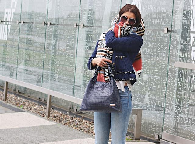 cieple szale, jesienne inspiracje, jesienny styl, jesień, mokasyny, mom jeans, Novamoda streetstyle, novamoda style, ponczo, street style jesień, trendy, blog po 30ce, moda po 30ce, jak nosić mom jeans