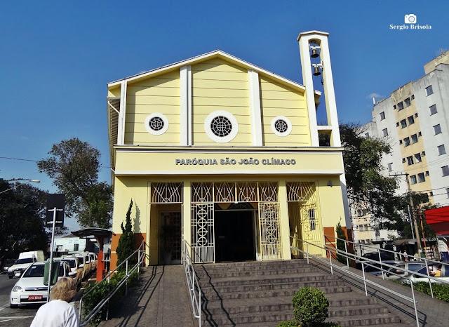 Vista ampla da fachada da Paróquia São João Clímaco - São Paulo