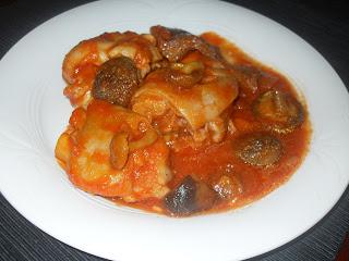 Plato con pies de cerdo, sofrito de tomate y setas variadas