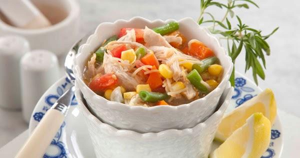 شوربة الدجاج والخضروات من منال العالم