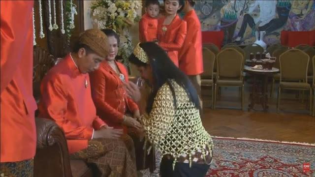 Kahiyang mengatupkan kedua telapak tangannya di hadapan Jokowi dan Iriana