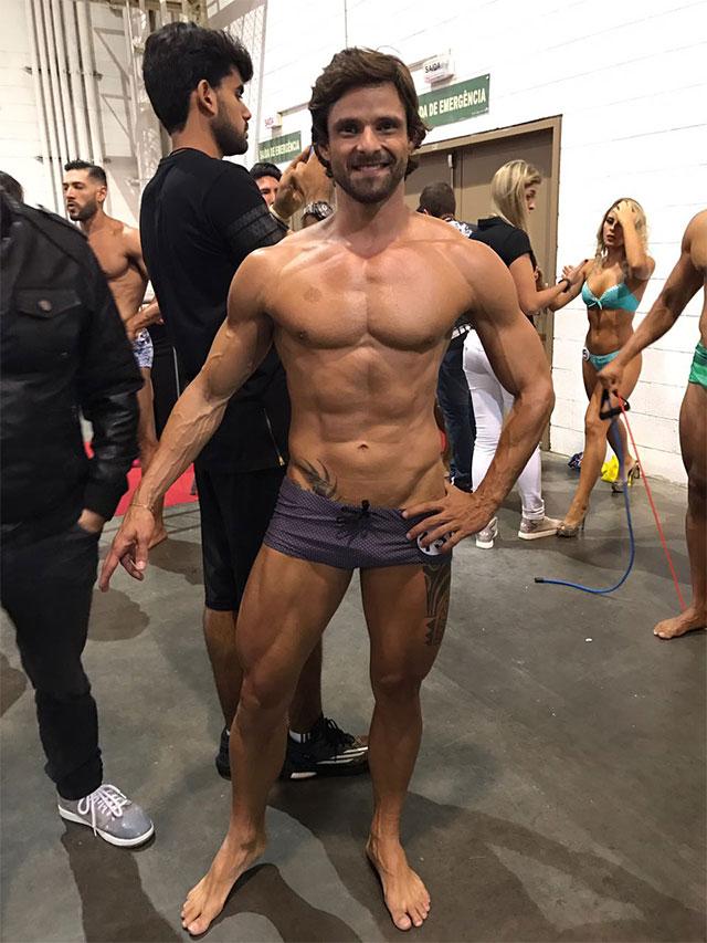 Fabiano Gurgel posa de traje de banho nos bastidores do Arnold Model Search 2017. Foto: Arquivo pessoal