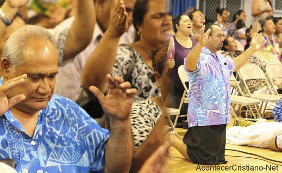 Cristianos de Samoa adoran a Dios en iglesia