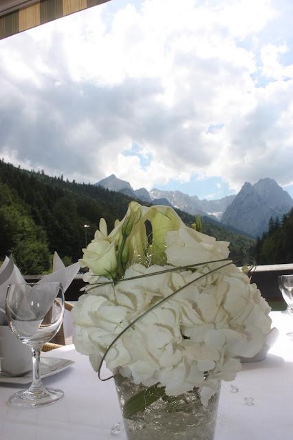 Hochzeitsempfang im Seehaus am Riessersee in Garmisch-Partenkirchen - Vier Hochzeiten und eine Traumreise - Vox - im Riessersee Hotel Garmisch-Partenkirchen mit viel Glitzer und weißen Calla - #4HochzeitenundeineTraumreise #Riessersee #Garmisch #HochzeitinGarmisch #Glitzer #Glimmer #Calla #HochzeitinBayern