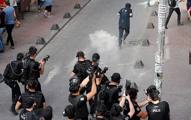 Polícia turca usa gás lacrimogêneo em protesto contra aumento de poder do presidente