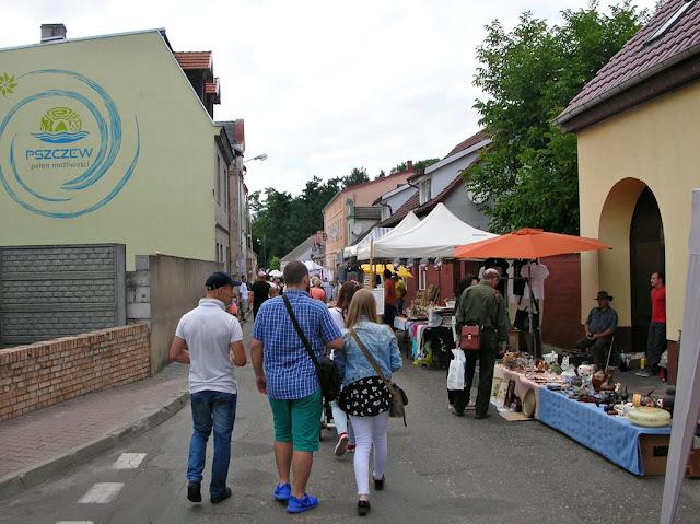 Hasło miasta Pszczewa na ścianie budynku.