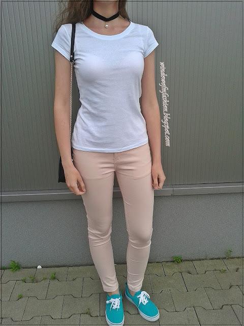 Biały T-shirt, różowe spodnie, morskie tenisówki, czrna torebka, choker