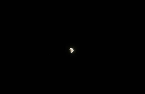 Mặt Trăng bị Trái Đất che khuất một phần phần ánh sáng đến từ Mặt Trời. Hình ảnh bởi Trường Huỳnh ở Cần Thơ.