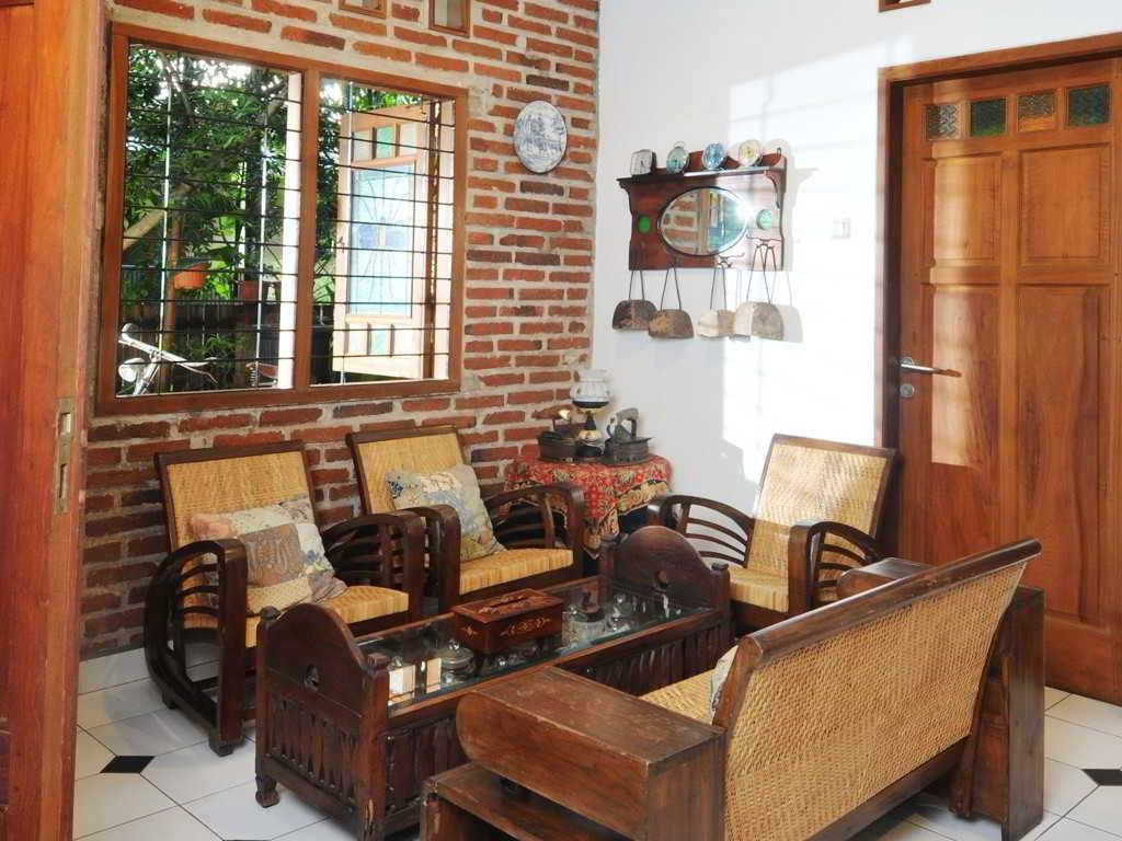 Model Ruang Tamu Klasik dengan Kursi Kayu