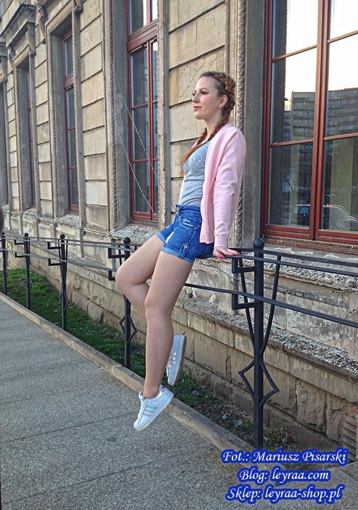 8.04.18 Kardigan pastelowy róż, szara bokserka z dżetami, szorty jeansowe z przetarciami, naszyjnik celebrytka, adidas superstar hologram, warkocze odwrotne