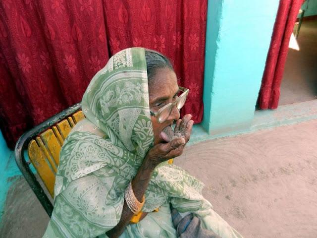 Mulher comendo areia